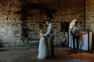 rustic-wedding-singer-first-dance